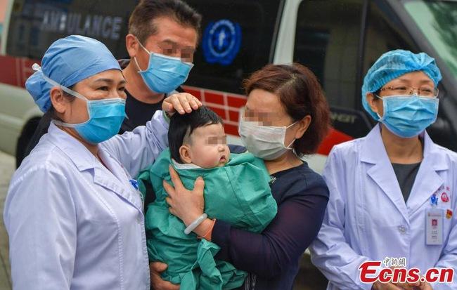 Bé gái 3 tháng tuổi nhiễm virus Covid-19 được xuất viện 1