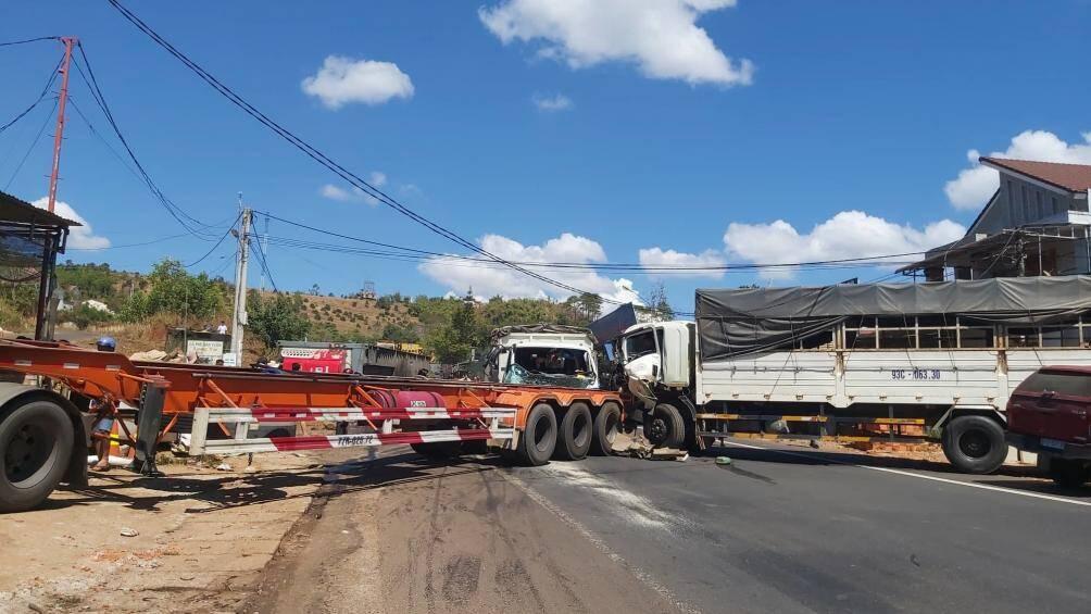 Tai nạn giao thông ngày 13/2: Cả nhà 3 người tử vong trên đường đi lễ chùa 2