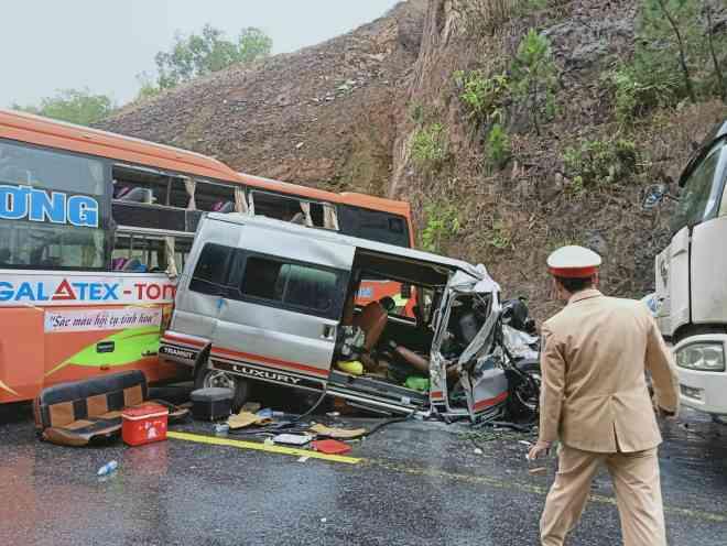 Khoảnh khắc vụ tai nạn liên hoàn giữa 3 ô tô, khiến nhiều người thương vong 1