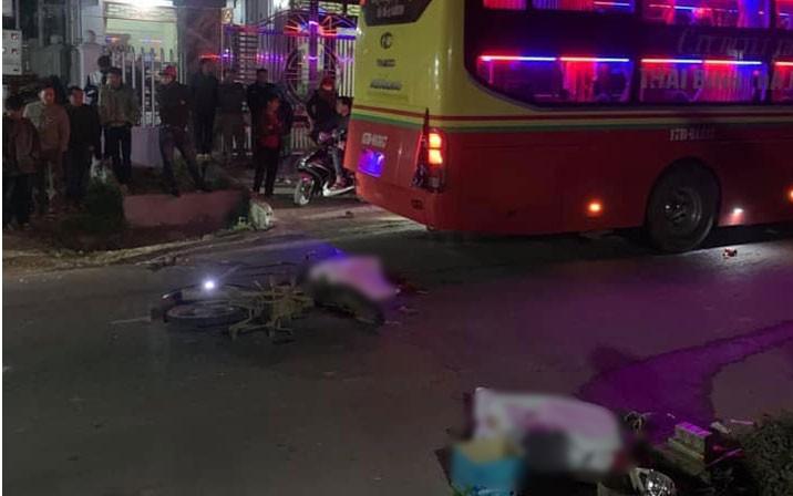 Tai nạn giao thông ngày 19/2: Chồng khóc ngất bên thi thể vợ bị xe tải cán tử vong 2