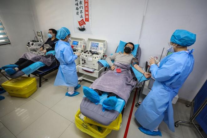 Kiệt quệ trên tuyến đầu chống dịch Corona, 2 y tá từ Vũ Hán cầu cứu đồng nghiệp 1