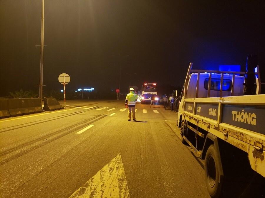 Tai nạn giao thông ngày 28/4: Ô tô va chạm với xe container, cán bộ quân đội tử vong  2