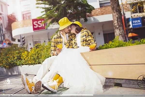 Cô dâu Việt 65 tuổi lộ ảnh cưới lãng mạn như tuổi teen với chồng trẻ  2