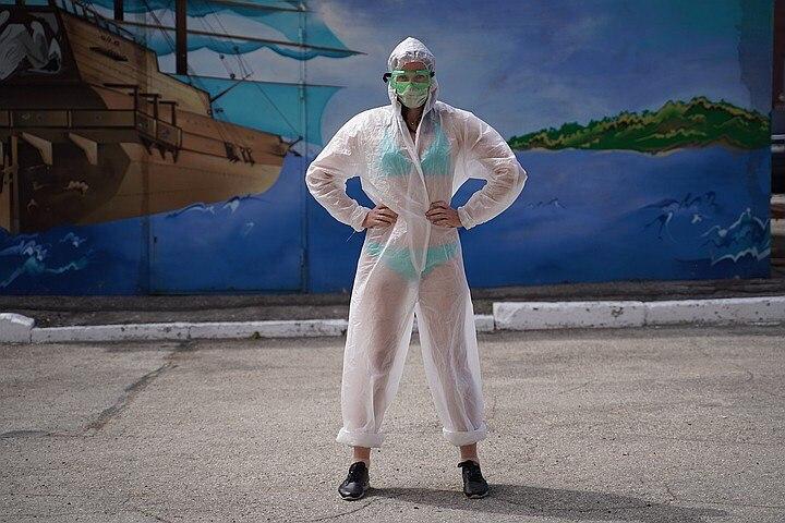Cái kết đẹp cho nữ y tá mặc độc nội y dưới đồ bảo hộ chống Covid-19 1