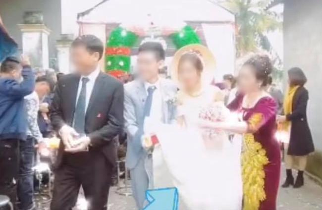 Chú rể nâng váy làm cô dâu hớ hênh, mẹ chồng có pha xử lý đi vào lòng người 3