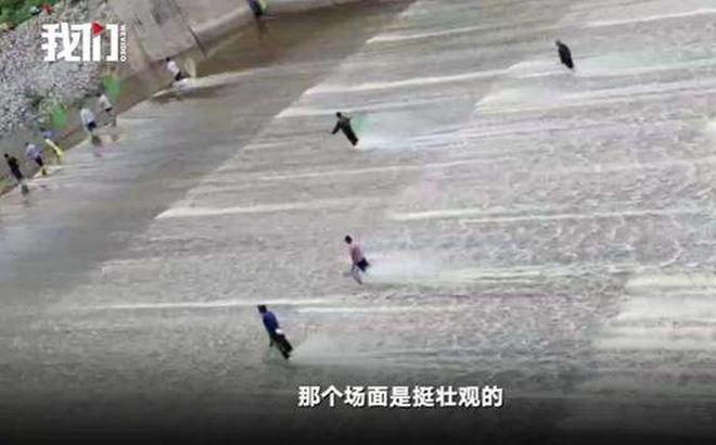 Cảnh tượng người TQ nô nức bắt cá mùa lũ hoành tráng như cao thủ võ lâm hạ thuỷ 1