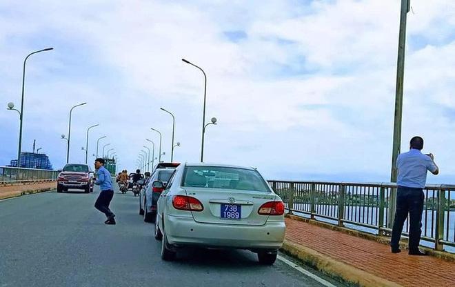 Dàn xe biển xanh 'ngang nhiên' dừng đỗ trên cầu Nhật Lệ 1 để chụp hình: Thứ trưởng Bộ Xây dựng xin lỗi người dân 2