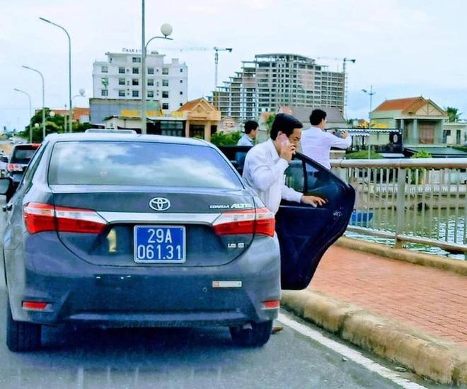 Dàn xe biển xanh 'ngang nhiên' dừng đỗ trên cầu Nhật Lệ 1 để chụp hình: Thứ trưởng Bộ Xây dựng xin lỗi người dân 1