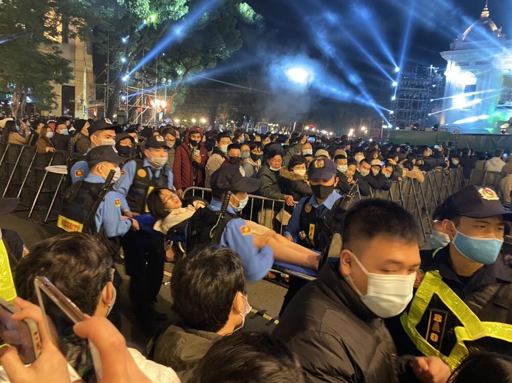در خیابان برای تماشای آتش بازی در شب سال نو ، بسیاری از دختران به دلیل انگیزه بیهوش شدند