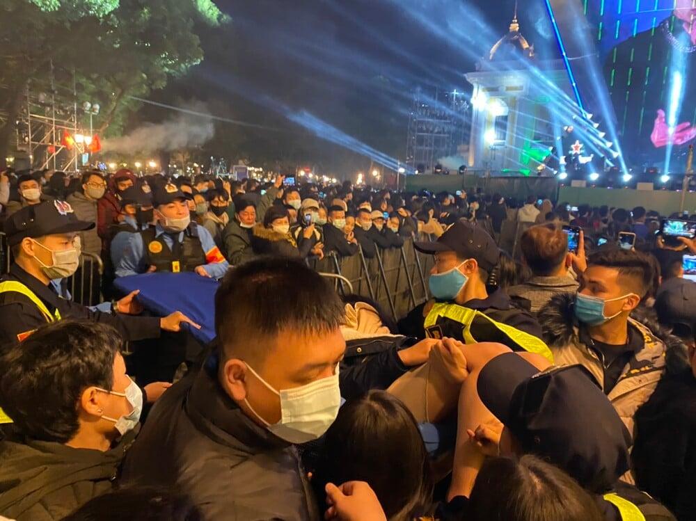 حیرت زده در خیابان برای تماشای آتش بازی در شب سال نو ، بسیاری از دختران به دلیل درخواست از هوش رفتند 3