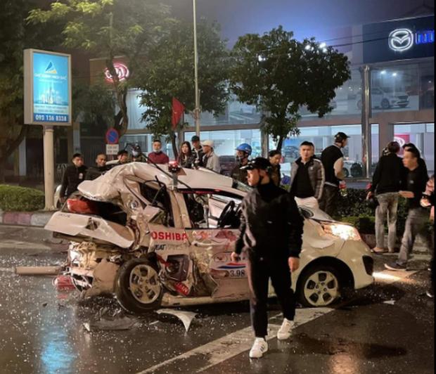 انتظار برای چراغ قرمز را متوقف کنید ، تاکسی خرد شده است ، که باعث می شود این زن یک مسافر باشد و راننده در معرض خطر 2 قرار دارد