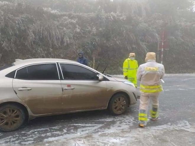 پلیس راهنمایی و رانندگی استان های لائو کای و لای چاو رفتن از ماشین ها به تماشای برف و برف را به گردنه O Kui Ho ممنوع می کند 1