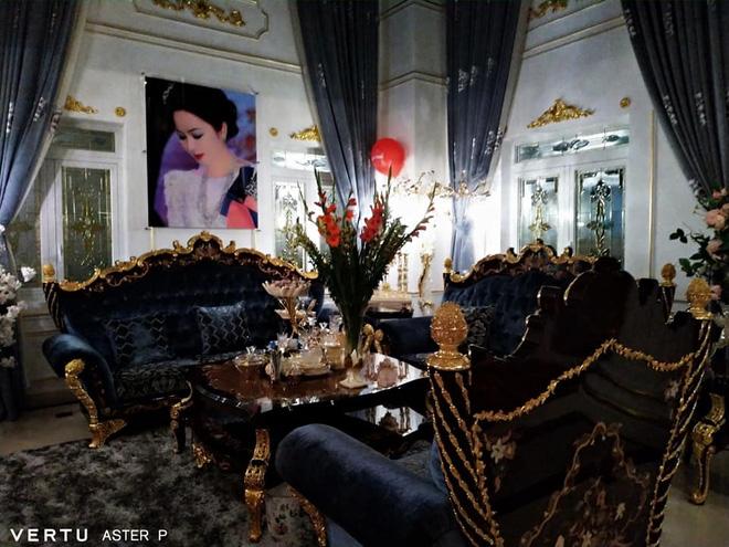 درون ویلای طلاکاری شده خانم فونگ هانگ: برخی از او را به خاطر زرق و برق دار بودنش ستایش می کنند ، دیگران از او به خاطر نبودن در محل انتقاد می کنند