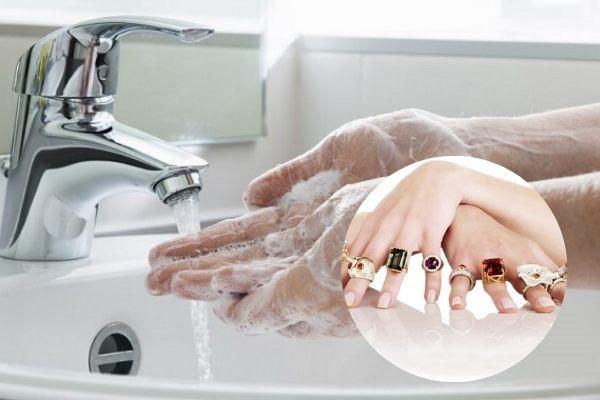 Tại sao những người đeo nhẫn, đồng hồ có nguy cơ nhiễm Covid-19 cao hơn? 2