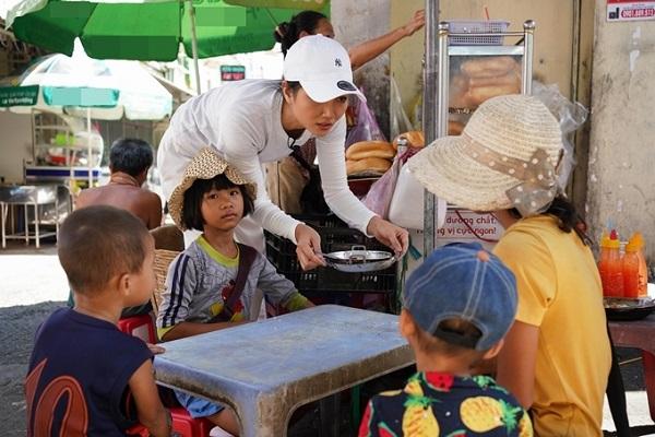 H'Hen Niê chiêu đãi trẻ em nghèo món ăn là niềm tự hào của Việt Nam 1