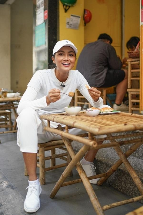 H'Hen Niê chiêu đãi trẻ em nghèo món ăn là niềm tự hào của Việt Nam 3