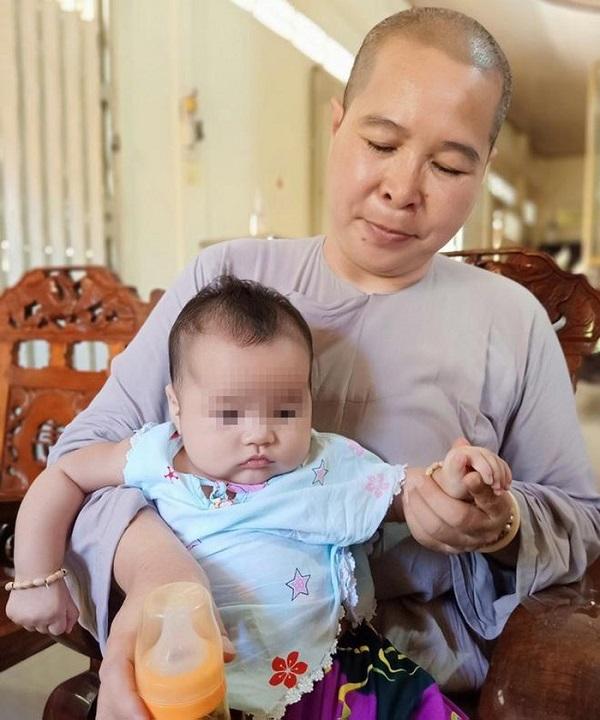 Em bé 3 tháng bị bỏ lại cổng chùa cùng lời nhắn xót xa: 'Nhờ sư cô nuôi giùm' 1