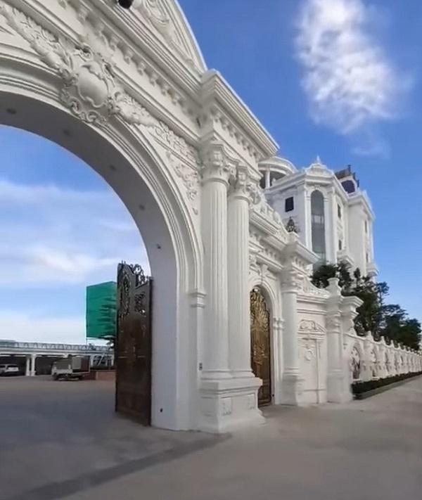 Cận cảnh tòa lâu đài nguy nga có cả sân đỗ trực thăng trên nóc của đại gia Thái Bình 3