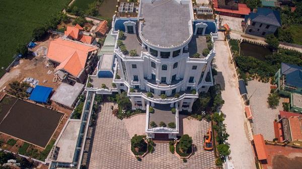 Cận cảnh tòa lâu đài nguy nga có cả sân đỗ trực thăng trên nóc của đại gia Thái Bình 2