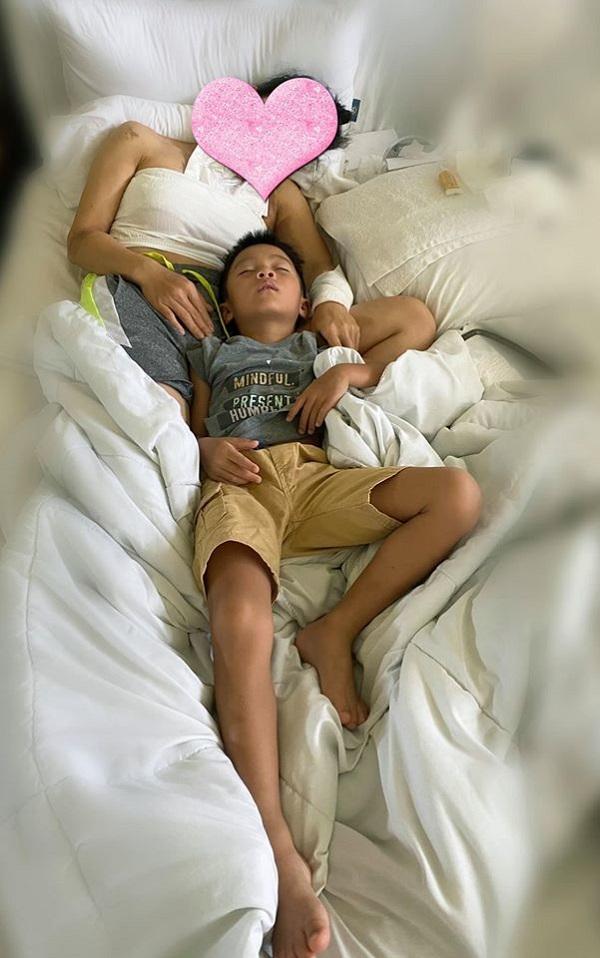 Hồng Ngọc khoe ảnh con trai hạnh phúc trong lòng mẹ hậu sự cố bỏng nặng 3