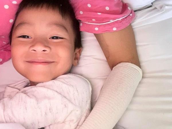Hồng Ngọc khoe ảnh con trai hạnh phúc trong lòng mẹ hậu sự cố bỏng nặng 2