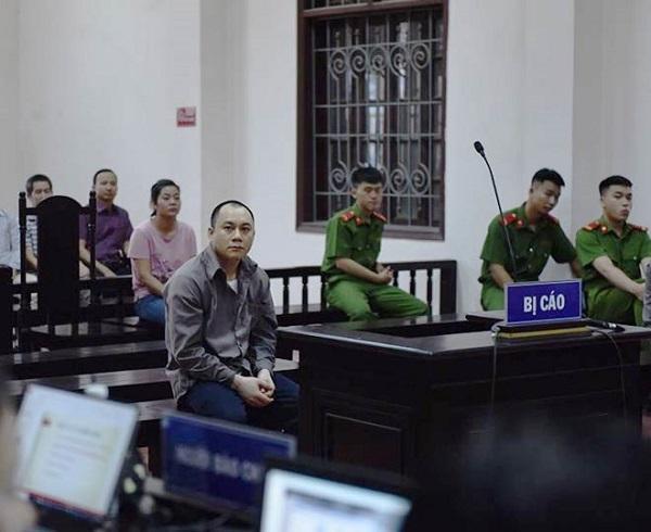 Vụ xe container tông xe Innova đi lùi: Mẹ và vợ bị cáo thất thần, la ó khắp tòa kêu oan 1