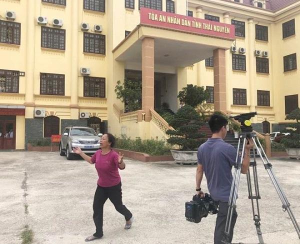 Vụ xe container tông xe Innova đi lùi: Mẹ và vợ bị cáo thất thần, la ó khắp tòa kêu oan 2
