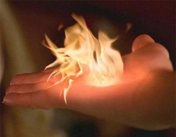Cô bé sở hữu bàn tay tóe lửa và bí ẩn về siêu năng lực khiến khoa học bó tay 2