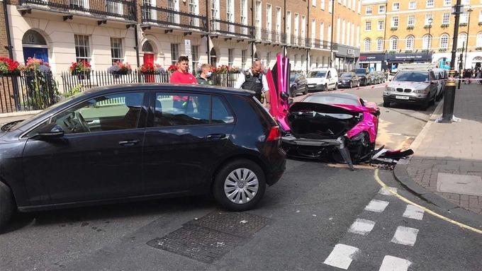 McLaren hồng biến dạng khi 'hôn vội' Volkswagen Golf trên đường 2