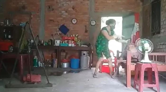 Clip người phụ nữ mắng chửi, lên gối, hót phân hắt vào mặt mẹ gây phẫn nộ  5