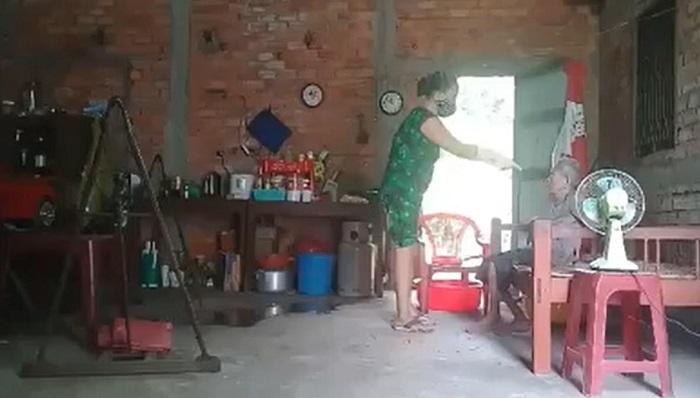 Clip người phụ nữ mắng chửi, lên gối, hót phân hắt vào mặt mẹ gây phẫn nộ  4