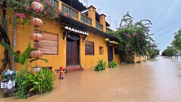 Miền Trung mưa lớn, người dân sống chung với lũ 9