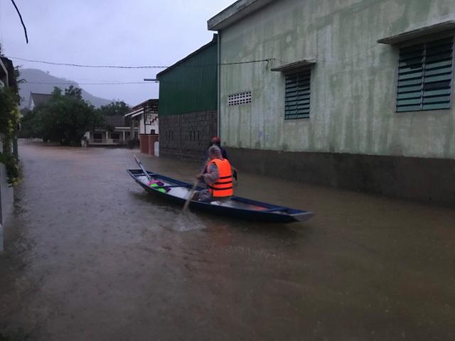 Miền Trung mưa lớn, người dân sống chung với lũ 7