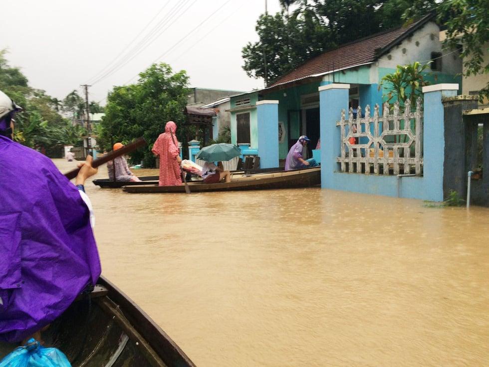 Miền Trung mưa lớn, người dân sống chung với lũ 1