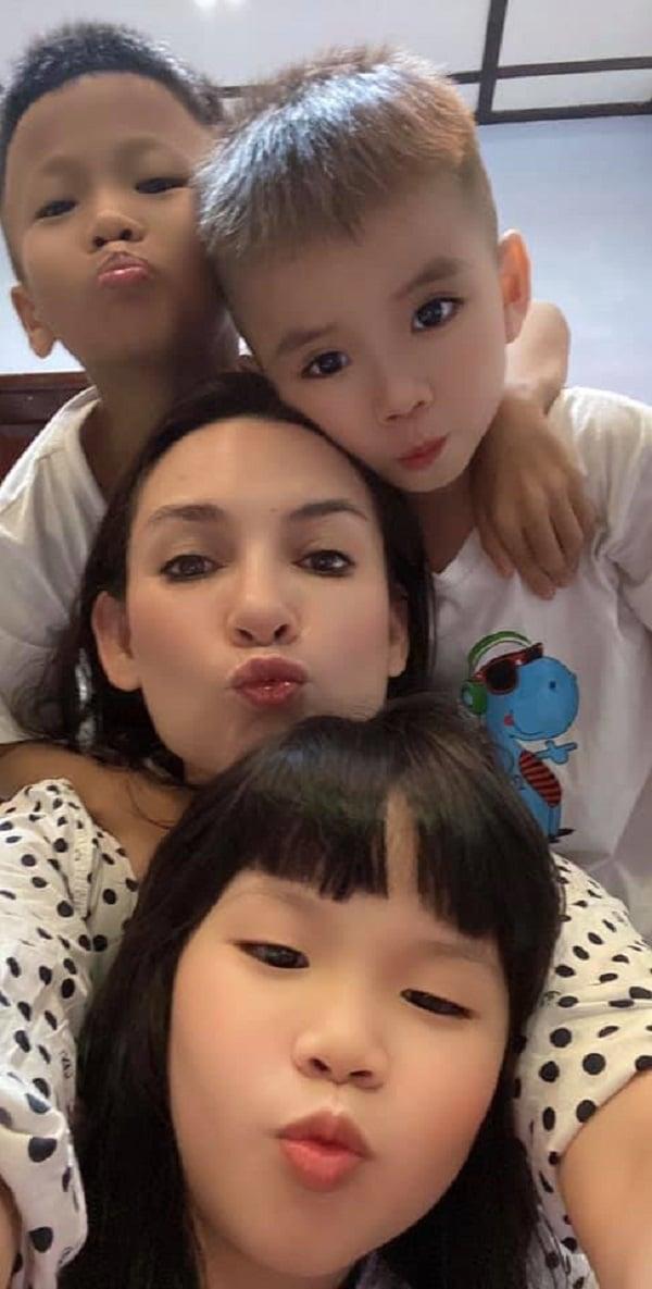 Phi Nhung bị bắt quả tang ôm hôn thắm thiết 'trai trẻ' lúc nửa đêm, danh tính mới ngã ngửa 4