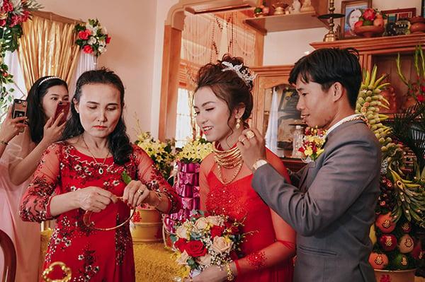 Cô dâu vàng cuốn đầy người ở Ninh Thuận gây sốt mạng: Của hồi môn 5 tỷ, nhận 14 cây vàng  1