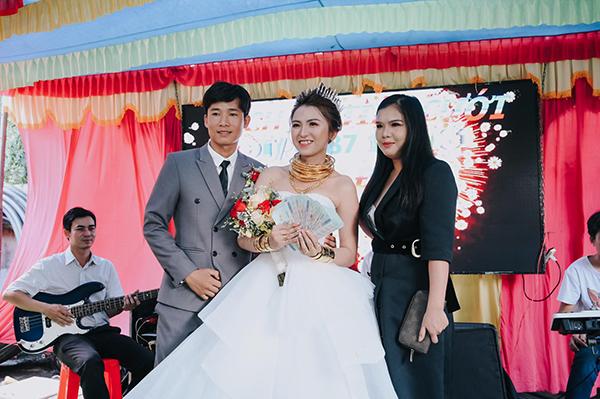 Cô dâu vàng cuốn đầy người ở Ninh Thuận gây sốt mạng: Của hồi môn 5 tỷ, nhận 14 cây vàng  4