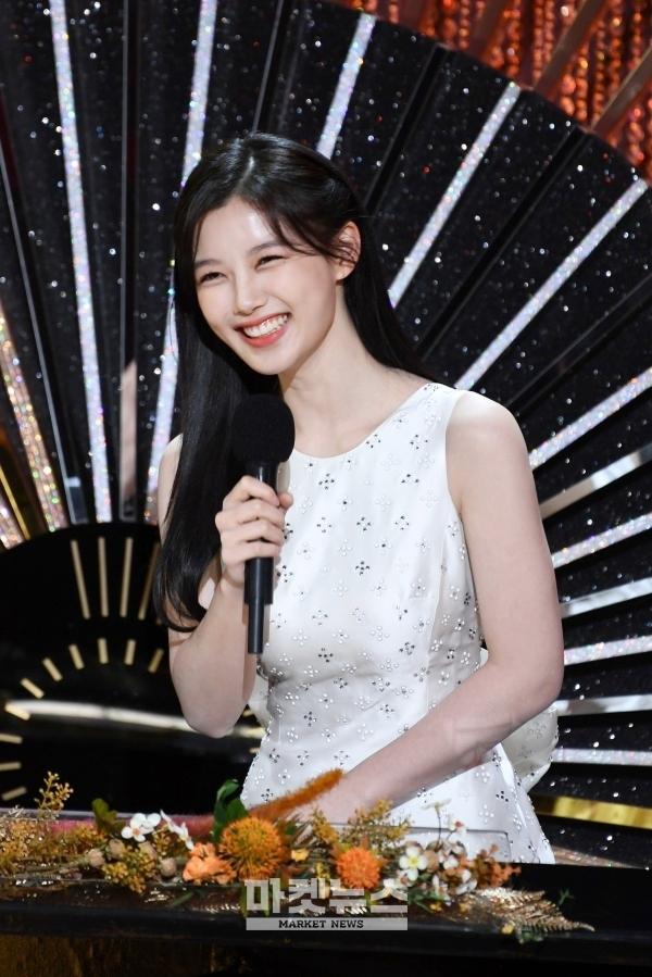 کیم یو-جونگ زیبایی شیرین خود را در بیست سالگی نشان می دهد ، یک چهره ستاره ای کودکانه که زمانی سر و صدا کرد 2