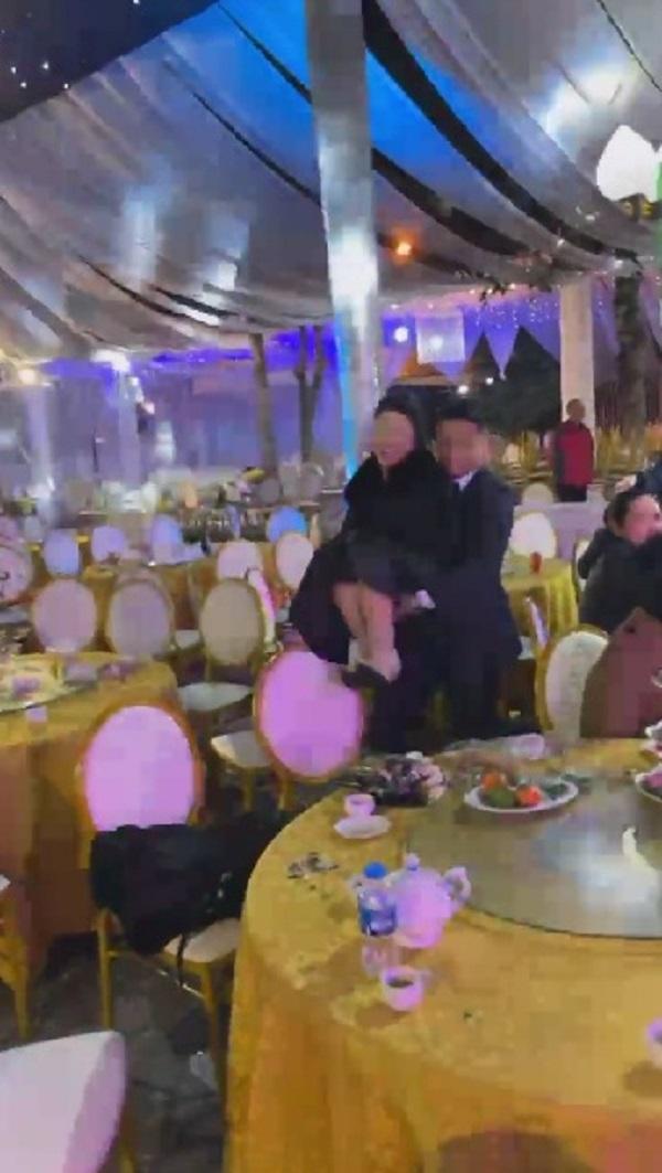 کلیپ فاش شده از سقوط و چرخیدن Bui Tien Dung هنگام تلاش برای آوردن مهمانان به یک عروسی 2