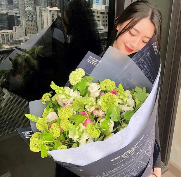 Kỷ niệm 1 năm yêu nhau, Rocker Nguyễn tặng đồ hiệu cho bạn gái nóng bỏng 1