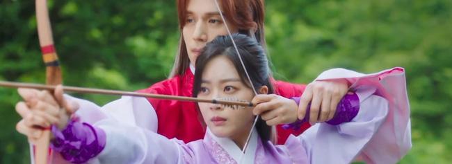 Xuất hiện đầy nữ tính, nhưng Lee Dong Wook vẫn gây sốt khi khóa môi Jo Bo Ah cực tình cảm 1
