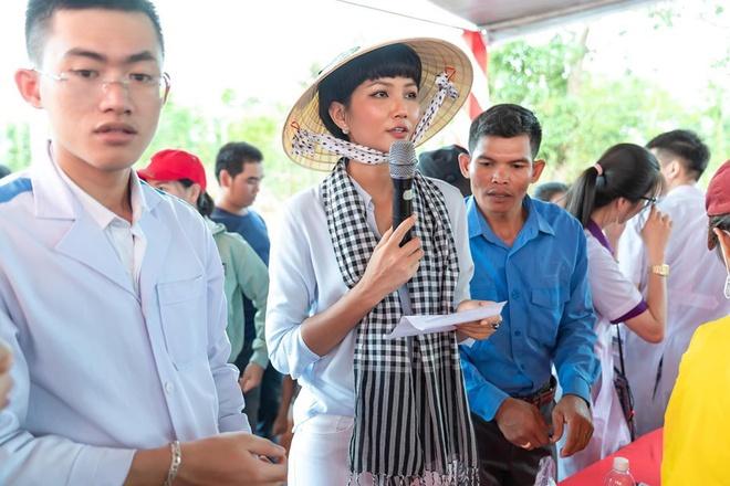 Hành động kịp thời của vợ chồng Lý Hải - Minh Hà trước hạn mưa lũ ở miền Trung 2