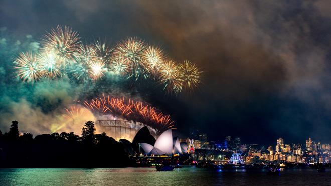 از آتش بازی در یکی از اولین کشورها در شب سال نو در جهان لذت ببرید 3