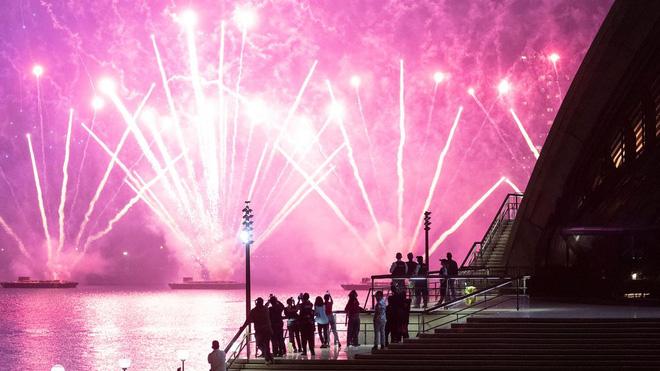 آتش بازی یکی از اولین کشورها را در شب سال نو در جهان تماشا کنید 2