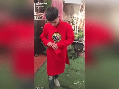 پس از حمل تابوت خوک سوخاری یک جوان 1 ، واقعاً به خاطر پرتاب 30000 بسته قرمز خراب شد
