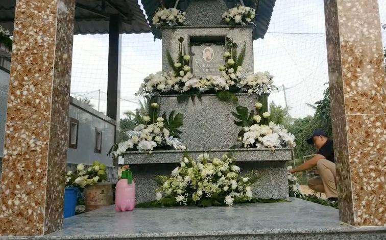 مراسم خاکسپاری وان کوانگ لانگ به پایان رسید ، خواننده فقید پس از نزدیک به یک ماه عزیمت در زادگاه خود دونگ تپ استراحت کرد.