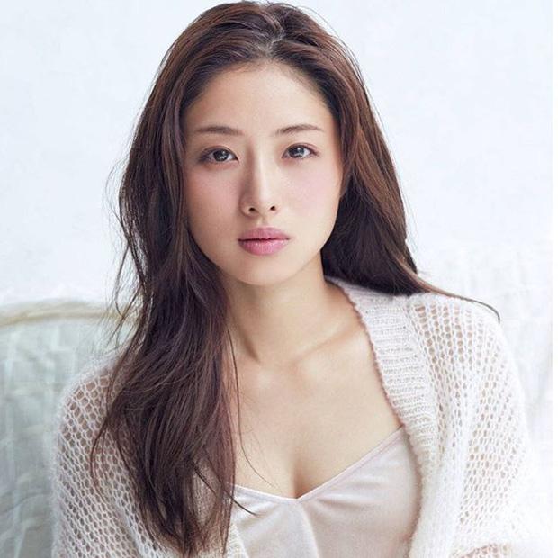 نماد زیبایی شماره 1 ژاپن ازدواج خود را با معاون رئیس جمهور اعلام می کند ، اما هویت او به عنوان مدیر یک میلیون ین مشخص می شود