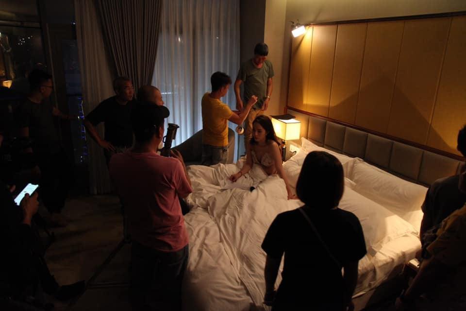 Quỳnh Nga tung loạt ảnh hậu trường cảnh 'nóng' với Quốc Trường trong 'Về nhà đi con' 3