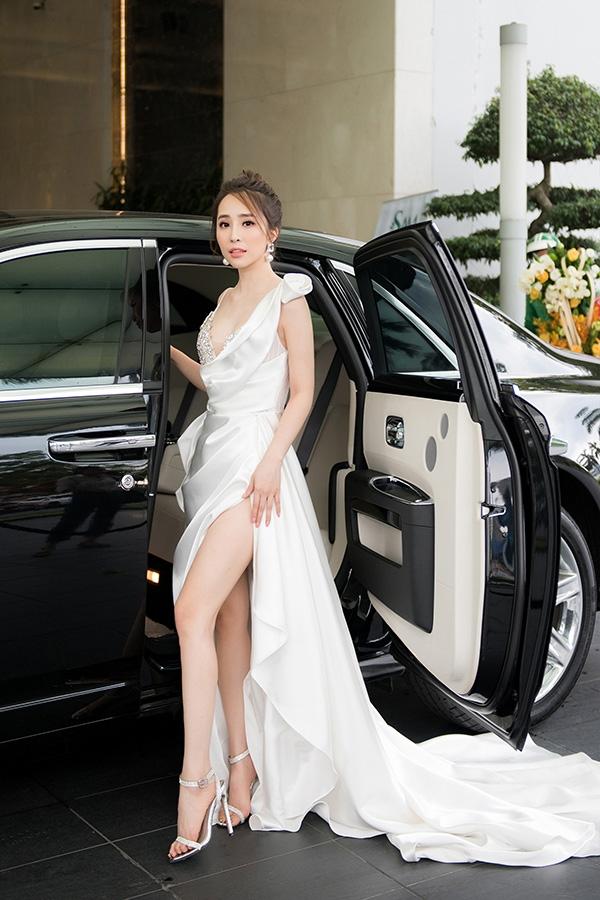 Quỳnh Nga dùng Roll Royce triệu đô đi sự kiện, mặc đầm trắng đối nghịch với Bảo Thanh 4