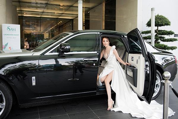 Quỳnh Nga dùng Roll Royce triệu đô đi sự kiện, mặc đầm trắng đối nghịch với Bảo Thanh 1